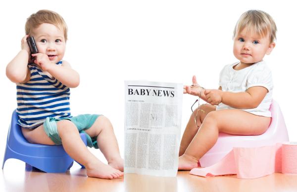 двое детей сидят на горшках