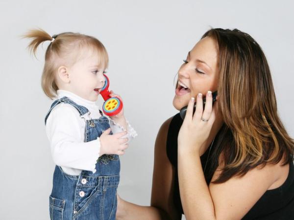мама и дочка играет в телефончик