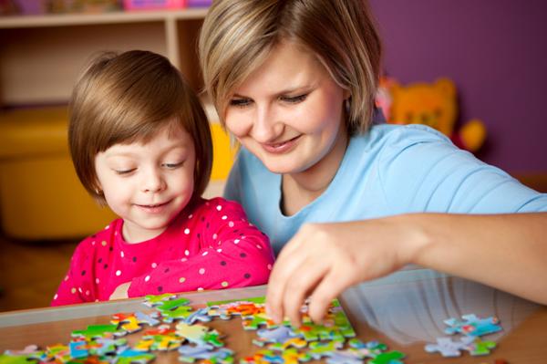мама с дочкой играет в паззлы развивает мышление