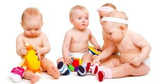 Детишки до 1 года играют в игрушки